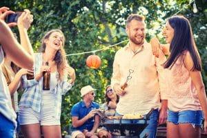 Gruppe von lachenden Menschen auf einer Gartenparty